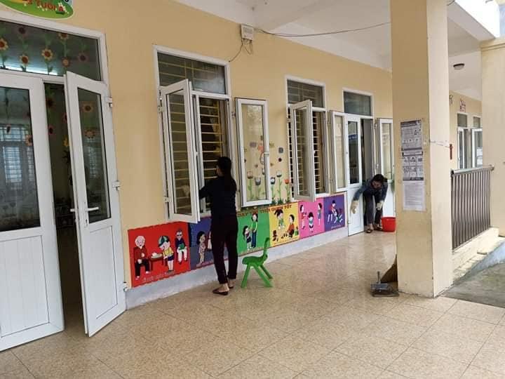 Trường MN Long Sơn tổ chức công tác vệ sinh phong quang trường lớp mùa dịch